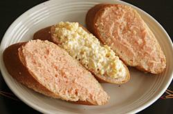 明太子バターとスクランブルエッグをのせたフランスパン